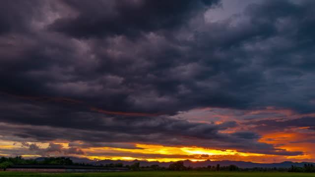 vídeos y material grabado en eventos de stock de nubes de lluvia y cielo de puesta de sol en movimiento 4k lapso de tiempo. - sección alta