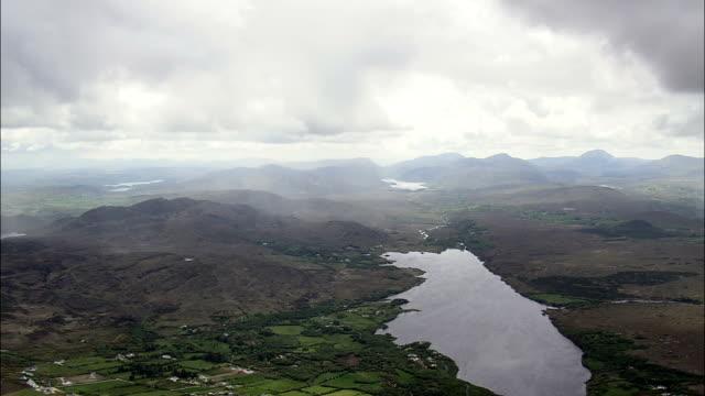 vídeos de stock, filmes e b-roll de nuvens de chuva perto de lago veagh-vista aérea de ulster, donegal, irlanda - província de ulster