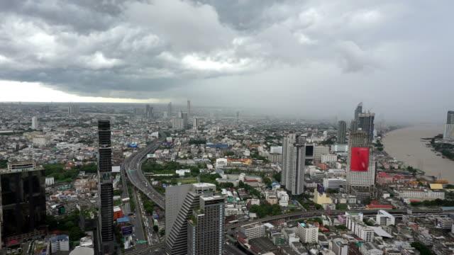 vídeos y material grabado en eventos de stock de nubes de lluvia sobre la ciudad de bangkok - gris