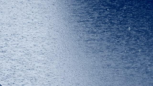 vídeos y material grabado en eventos de stock de ¡gota de lluvia cayendo en el agua! - lluvia torrencial