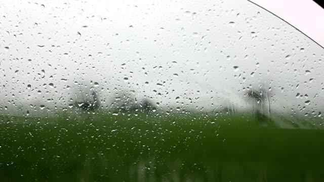 Regentropfen auf Glasoberfläche