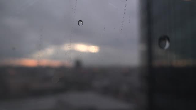 雨ドロップ ウィンドウ - 不完全な美しさ点の映像素材/bロール
