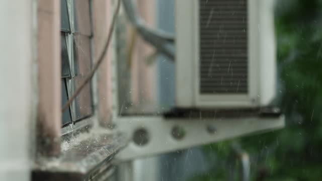 vidéos et rushes de pluie tombant à côté de la fenêtre - buée