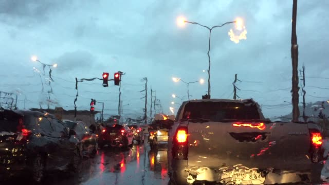 vídeos de stock, filmes e b-roll de gotas de chuva no espelho do carro de para-brisa - engarrafamento
