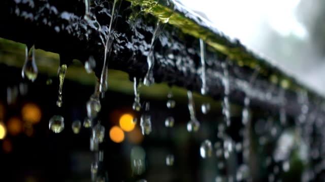 slo mo 雨粒屋根から落ち続ける - 素材点の映像素材/bロール