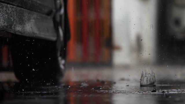 stockvideo's en b-roll-footage met regendruppels van een vloer. macro en slow motion - langzaam