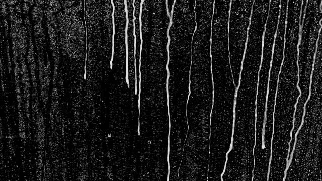 vidéos et rushes de gouttes de pluie sur fond noir. l'arrière-plan peut être supprimé en utilisant un mode de fusion comme add. - peur