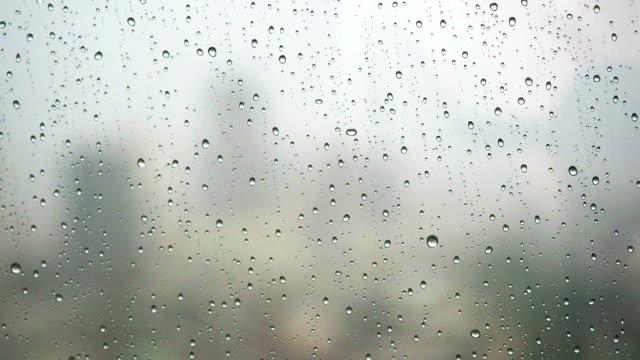 Regen-Tropfen in ein office window glass