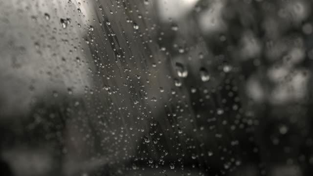 vídeos de stock e filmes b-roll de rain drops on car window - vidro