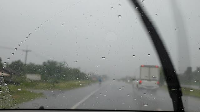 regen fällt auf windschutzscheibe - jahreszeit stock-videos und b-roll-filmmaterial