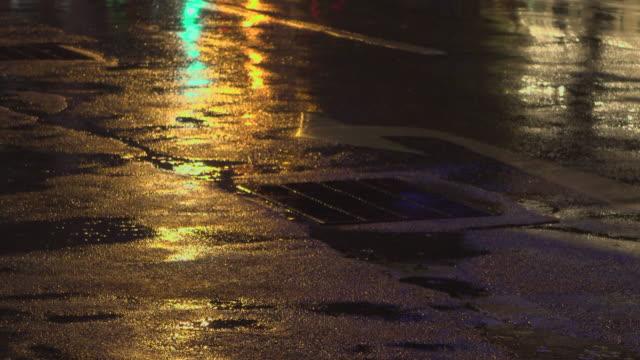 雨、そして道路に映るもの - 排水口点の映像素材/bロール
