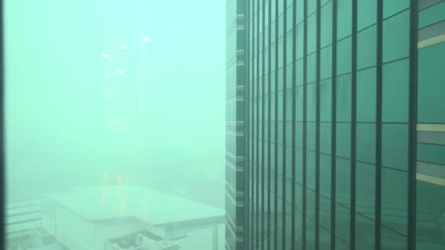 vídeos de stock, filmes e b-roll de chuva no outono na office building - armação de janela