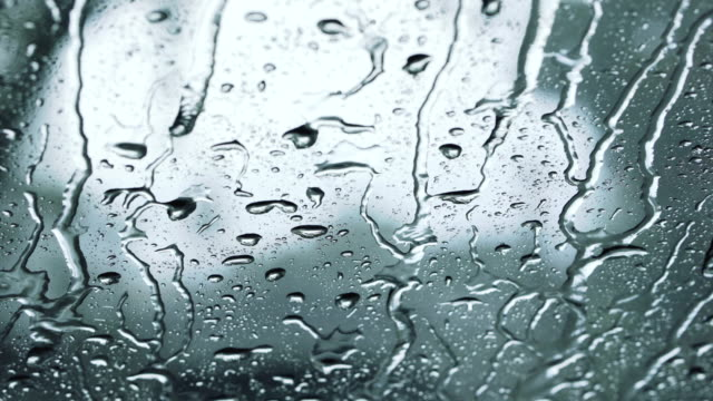 vídeos de stock e filmes b-roll de rain falling down onto car windshield - para brisas