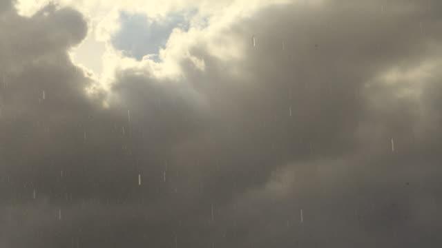 vidéos et rushes de pluie tombant des nuages de tempête - mauvais présage