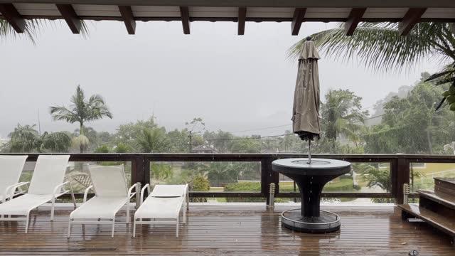 vídeos de stock, filmes e b-roll de chuva caindo no convés - árvore tropical