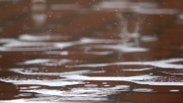 vidéos et rushes de pluie tombant sur la chaussée au ralenti - pierre matériau de construction