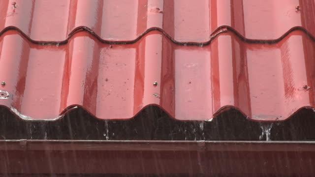 Regen fallen auf roten Dächern