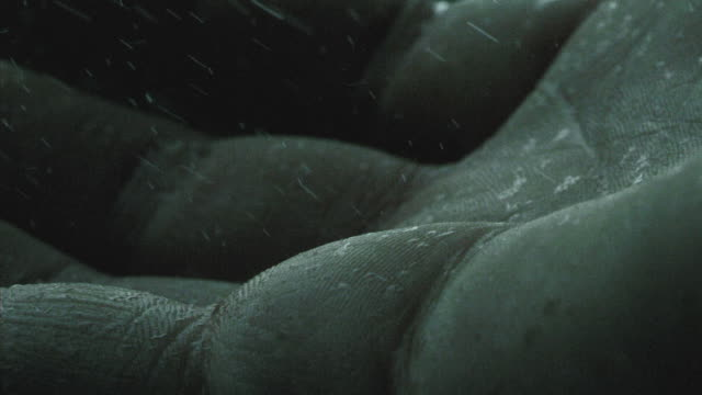 stockvideo's en b-roll-footage met rain falling on the palm of a hand in slow motion - handpalm