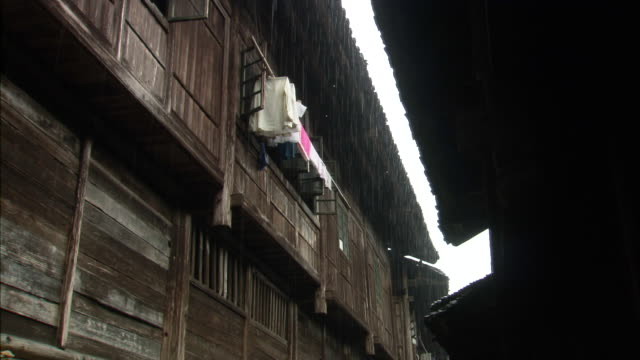 rain falls between eaves of wooden houses in ping'an village, guilin, guangxi zhuang - eaves stock videos and b-roll footage