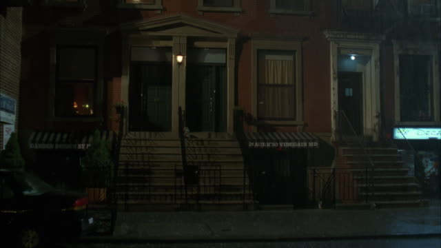 vidéos et rushes de rain falls on a residential area in new york. - plan de situation