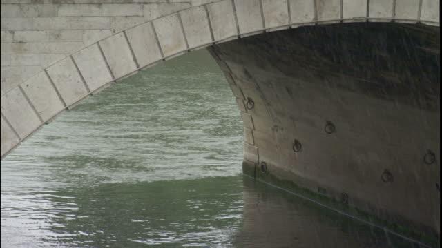rain falls on the river seine and the pont neuf. - ポンヌフ点の映像素材/bロール