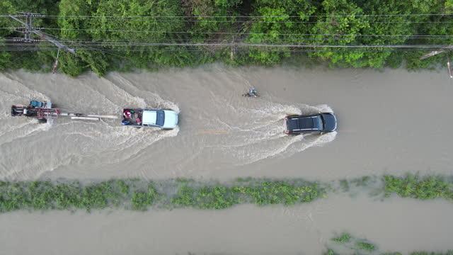 pioggia, alluvione, guida in strada - distruzione video stock e b–roll