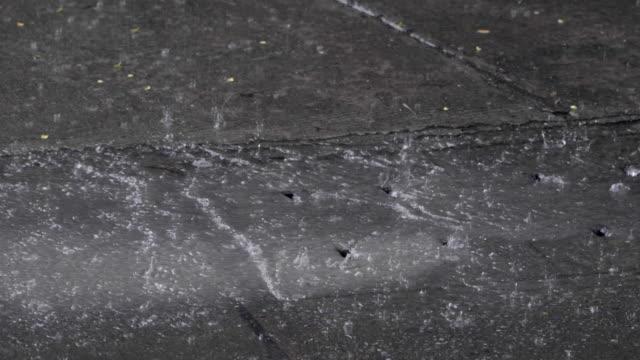 雨水下水道に流れ込む雨 - 集中豪雨点の映像素材/bロール