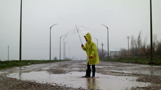 stockvideo's en b-roll-footage met spel van de regen - rubber