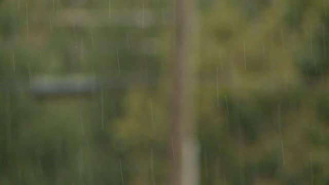 vídeos de stock, filmes e b-roll de rain hitting car during the day on september 21 2012 in indianapolis indiana - chuva congelada