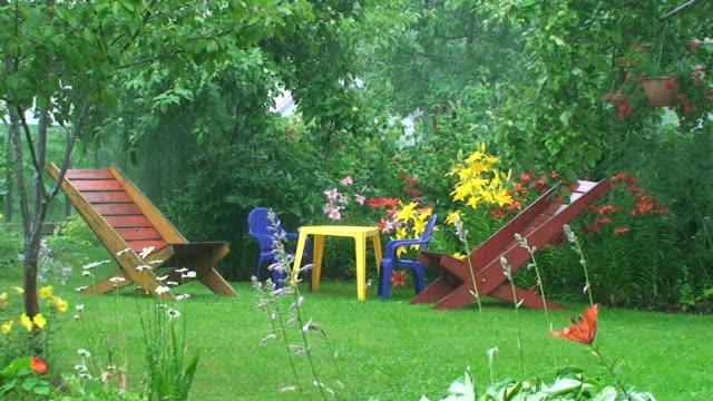 vídeos y material grabado en eventos de stock de la lluvia en el jardín - jardín formal