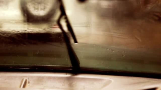 vídeos de stock, filmes e b-roll de chuva no para-brisa de carro - para brisa