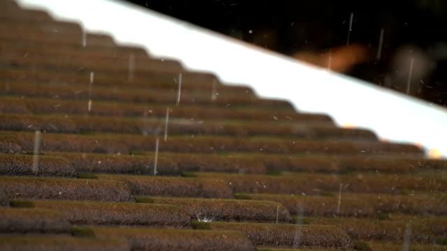 vídeos y material grabado en eventos de stock de slo mo rain en el tejado de la casa - sobre