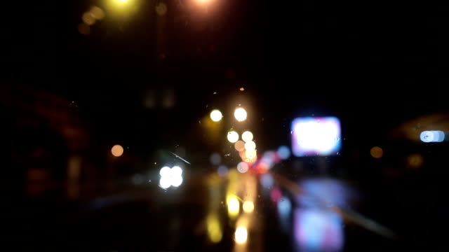 vídeos de stock e filmes b-roll de rain on window - para brisas