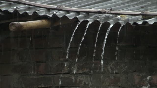 vídeos y material grabado en eventos de stock de rain pours off a corrugated roof. available in hd. - lluvia torrencial