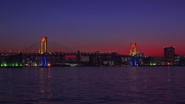 レインボーブリッジ夕暮れ時には、東京,日本 - plusphoto点の映像素材/bロール