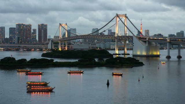 vídeos y material grabado en eventos de stock de rainbow bridge de tokyo bay-vídeo de stock - restaurante flotante