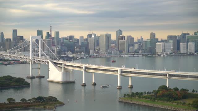 Regenbogen-Brücke mit ToKyo Tower in Japan
