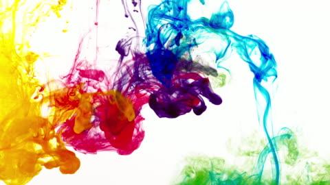 vídeos y material grabado en eventos de stock de colores de arco iris en el agua - colorido