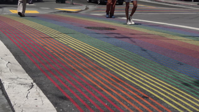 vidéos et rushes de crosswalk d'arc-en-ciel - san francisco california