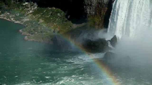 vidéos et rushes de rainbow forming in mist at niagara falls - arc en ciel