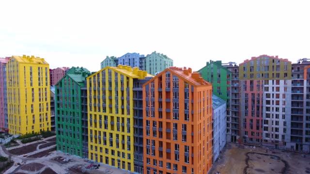 vídeos de stock e filmes b-roll de rainbow houses aerial view - claraboia