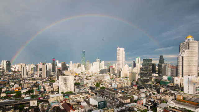 タイのバンコクの雨の後の空に虹 - 期待点の映像素材/bロール