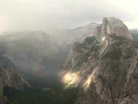 vídeos de stock e filmes b-roll de ws, zi rainbow in yosemite valley, yosemite national park, california, usa - ponto de referência natural