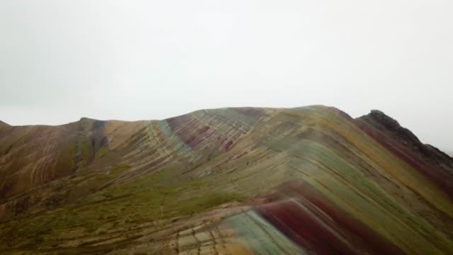 vídeos y material grabado en eventos de stock de rainbow mountain - perú - arco iris