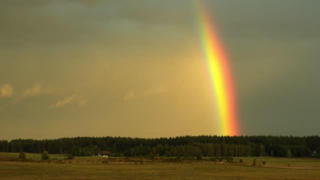 広大な景色に虹がかかった - 虹点の映像素材/bロール