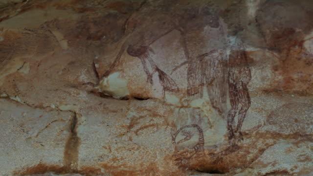 vídeos de stock, filmes e b-roll de cu pan rainbow serpent art on wall / northern territory, australia - gruta características da terra