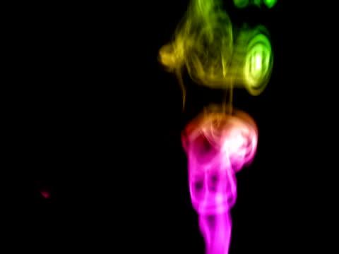 vídeos de stock, filmes e b-roll de arco-íris de fumaça - teste de coloração