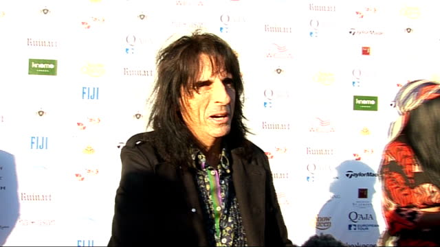 vídeos de stock, filmes e b-roll de rainbow trust and samuel l. jackson foundation gala; alice cooper interview sot - pleased to be here / sammy and i do a lot of stuff together /... - rock moderno