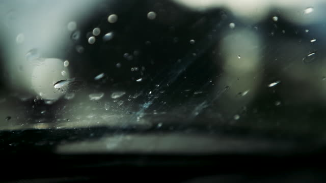vídeos de stock e filmes b-roll de raindrop on car window - para brisas