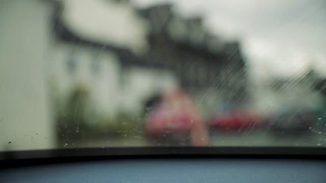 vídeos de stock, filmes e b-roll de gota de chuva na janela do carro - para brisa